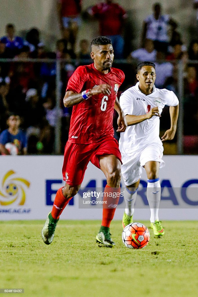 Gabriel Gomez of Panama drives the ball during the match between Cuba and Panama as part of the Copa America Centenario Qualifiers at Rommel Fernandez Stadium on January 08, 2016 in Panama City, Panama.