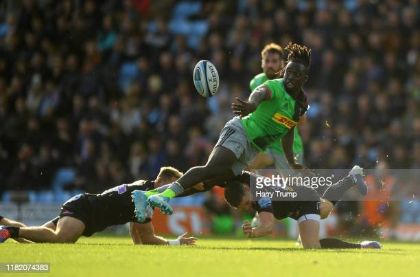 Gabriel Ibitoye of Harlequins looks to break past the tackle from Sam Hill of Exeter Chiefs and Joe Simmonds of Exeter Chiefs during the Gallagher...