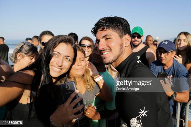 Gabriel Medina with the fans after a freesurf session.