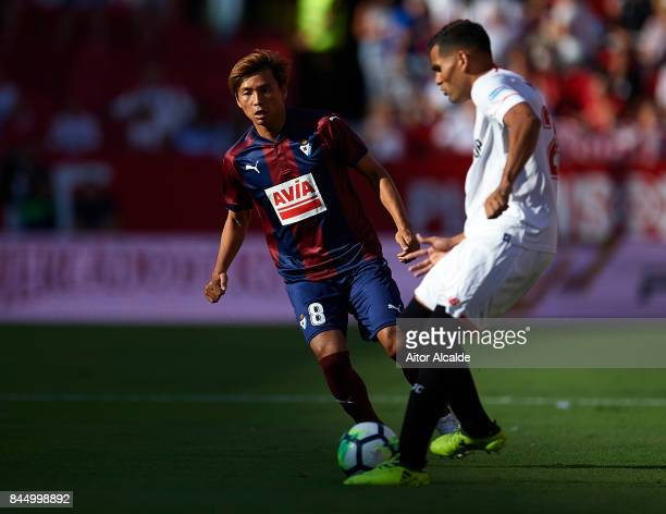 Gabriel Mercado of Sevilla FC competes for the ball with Akashi Inui of SD Eibar during the La Liga match between Sevilla and Eibar at Estadio Ramon...