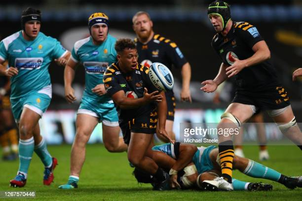 Gabriel Oghre of Wasps feeds the ball to James Gaskell during the Gallagher Premiership Rugby match between Wasps and Worcester Warriors at Ricoh...
