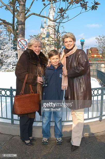 Gabriele Spatzek Enkel Alexander Spatzek Sohn von Andrea Spatzek Mutter 'DisneylandParis' Paris/Frankreich 'Cinderellas Schloß' Vergnügungspark...