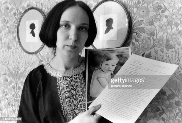 Gabriele Yonan zeigt am in Berlin einen Durchschlag des Briefes an USPräsident Carter und ein Foto ihres Sohnes Aristoteles den sie bei ihrer Flucht...