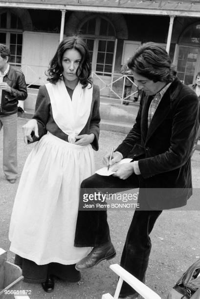 Gabriella Farinon et le photographe jeanPierre Bonnotte sur le tournage du film 'Borsalino and Co' réalisé par Jacques Deray à Marseille en mai 1974...