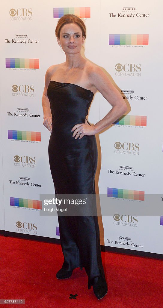 Gabrielle Anwar arrives at the 39th Annual Kennedy Center Honors at The Kennedy Center on December 4, 2016 in Washington, DC.