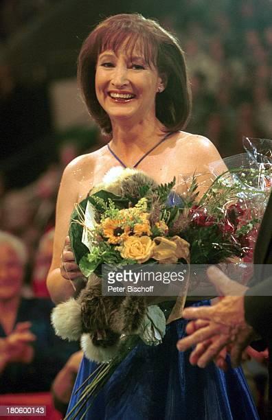 Gaby Albrecht ARDMusikShow 'Musikantenstadl' Braunschweig Bühne Blume Blumen Blumenstrauß 2001/720