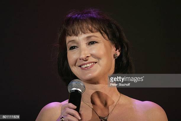 'Schlagerparade' Köln NordrheinWestfalen Deutschland Europa Auftritt Bühne Mikrofon Lachen lächeln Schmuck Halskette Sängerin Promi DR FTP PNr...