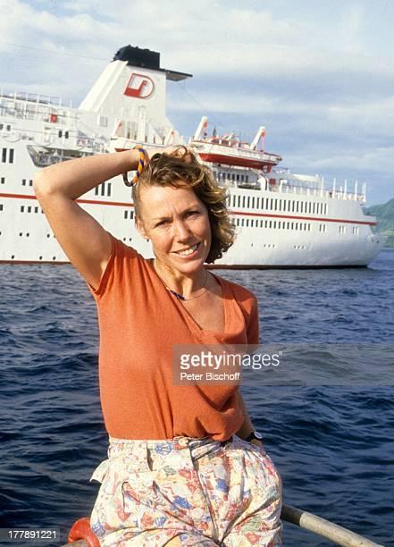 Gaby Dohm am Rande der Dreharbeiten zu der ZDFSerie Traumschiff Folge 14 Bali Indonesien Asien Wasser Meer Hafen Urlaub Schauspielerin