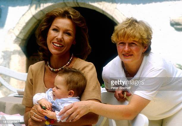 Gaby Dohm Andreas Winterhalder Mutter Susanne neben den Dreharbeiten zur ZDFSerie Schwarzwaldklinik Glottertal/Schwarzwald Baby Schauspielerin...