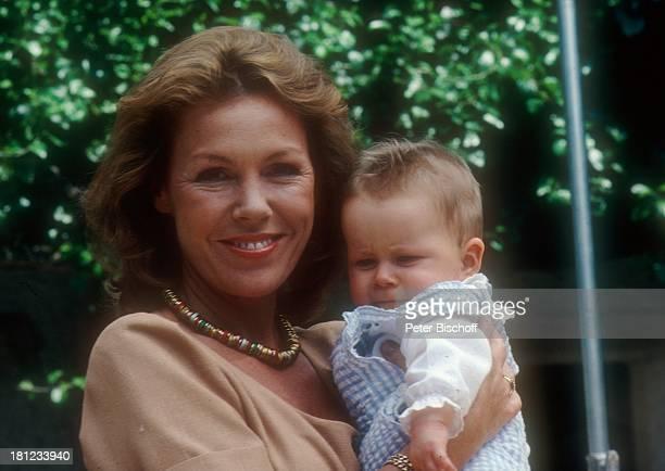 Gaby Dohm Andreas Winterhalder Z D FS e r i e S c h w a r z w a l d k l i n i k Glottertal/Schwarzwald Baby Schauspieler Schauspielerin Kette Promis...