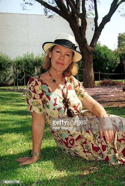 """Gaby Dohm, ZDF-2-Teiler, """"1000 Meilen für die Liebe"""", , Alice Springs/Australien, Natur, Sonnenhut,"""