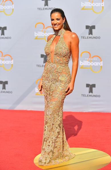 Gaby Espino en une robe de soirée sexy fourreau décolleté