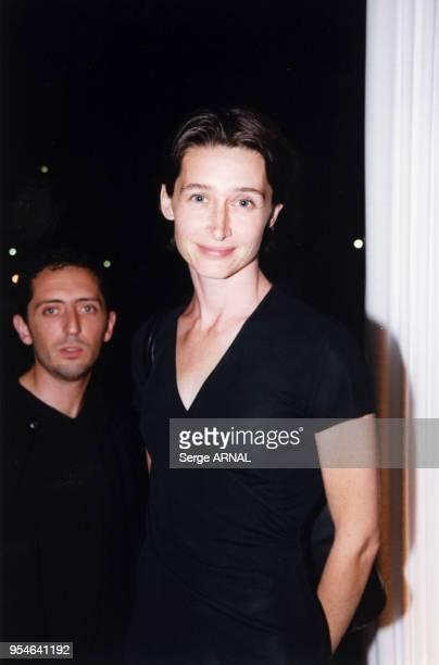 Gad Elmaleh et sa compagne la comédienne Anne Brochet le 1er septembre 1999 à Auteuil France