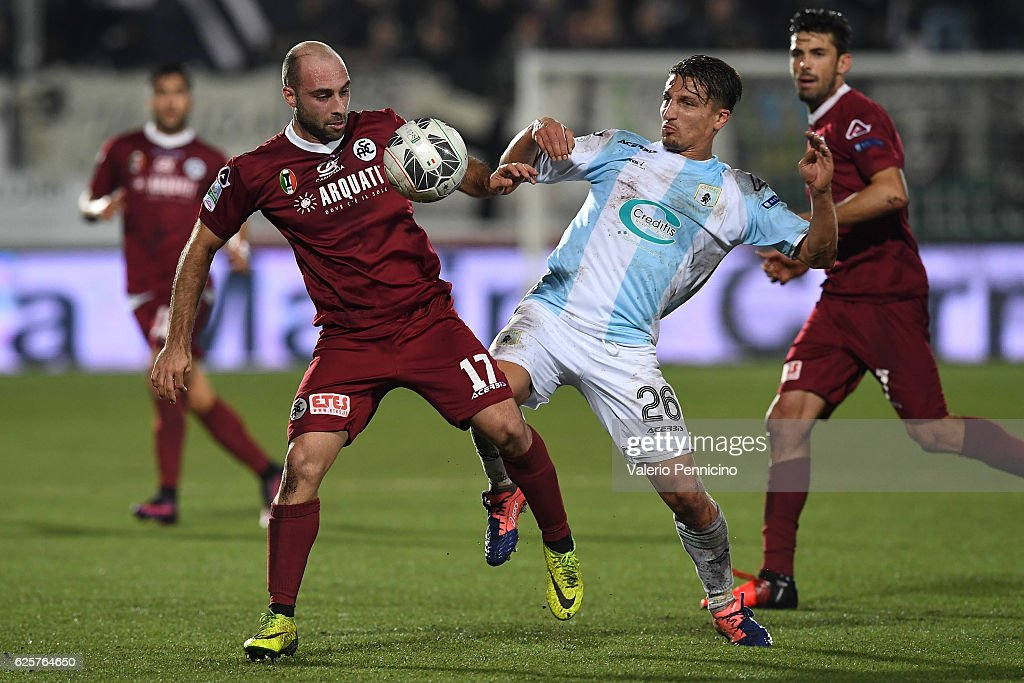 Gaetano Masucci (R) of Virtus Entella competes with Francesco Migliore of AC Spezia during the Serie B match between Virtus Entella and AC Spezia at Stadio Comunale on November 25, 2016 in Chiavari, Italy.
