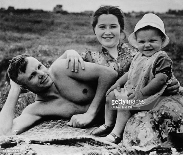 Gagarin Juri *Kosmonaut UdSSRmit Frau Valentina und Tochter Jelena beieinem Badeurlaub 1960