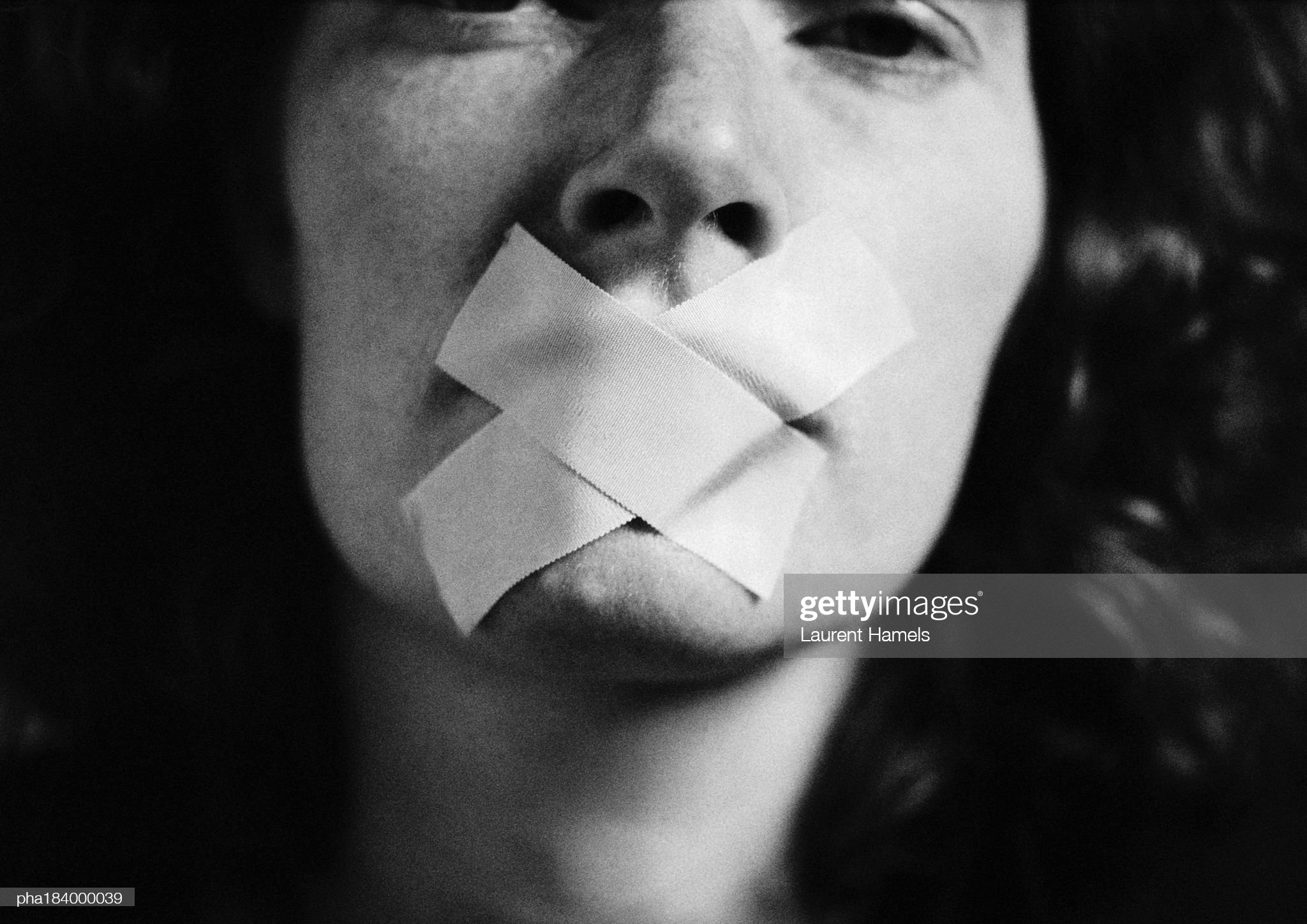 Gagged woman, close-up, blurred : Foto de stock