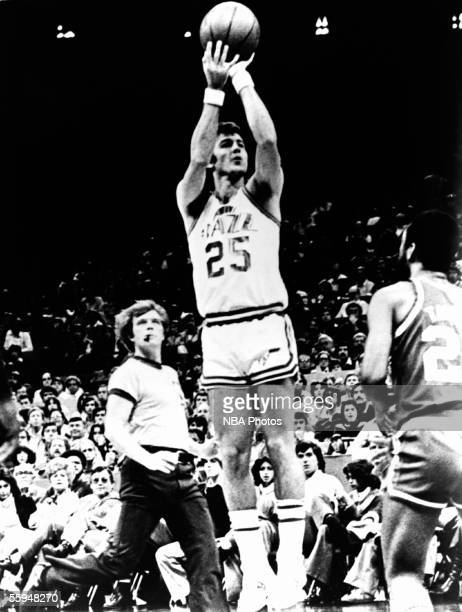 Gail Goodrich of the Utah Jazz shoots a jumpshot during an NBA game circa 1976 in New Orleans Louisiana NOTE TO USER User expressly acknowledges that...
