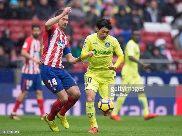 Gaku Shibasaki of Getafe beats Gabi Fernandez of Atletico de Madridduring the La Liga match between Atletico Madrid and Getafe at estadio Wanda...