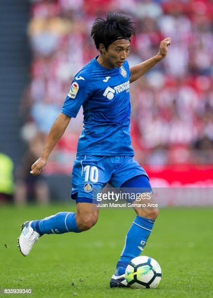 Gaku Shibasaki of Getafe CF controls the ball during the La Liga match between Athletic Club and Getafe at at San Mames Stadium on August 20 2017 in...