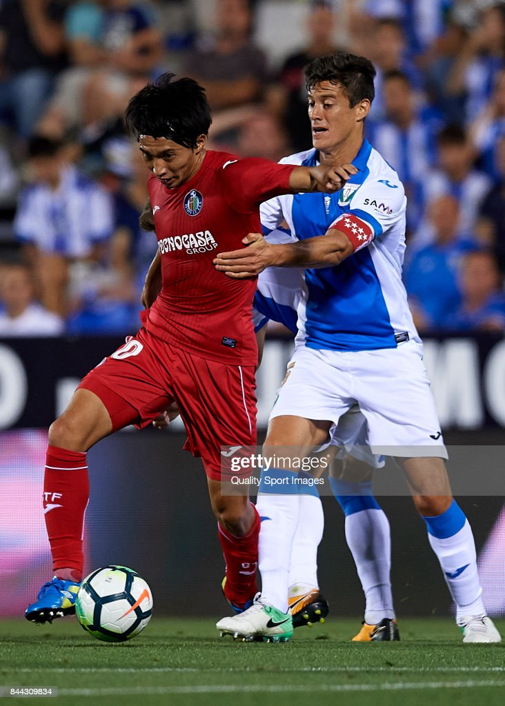 Gaku Shibasaki of Getafe competes for the ball with Martin Maximiliano Mantovani (R) of Leganes during the La Liga match between Leganes and Getafe at Estadio Municipal de Butarque on September 8, 2017 in Leganes, Spain.