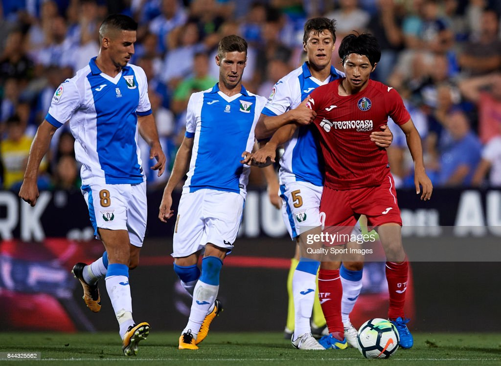 Gaku Shibasaki (R) of Getafe competes for the ball with Martin Maximiliano Mantovani of Leganes during the La Liga match between Leganes and Getafe at Estadio Municipal de Butarque on September 8, 2017 in Leganes, Spain.