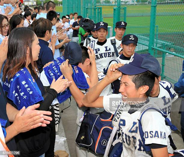 PL Gakuen baseball team members applaud their fans after their defeat by Higashiosaka Univ Kashiwara at the first round of the Japanese High School...