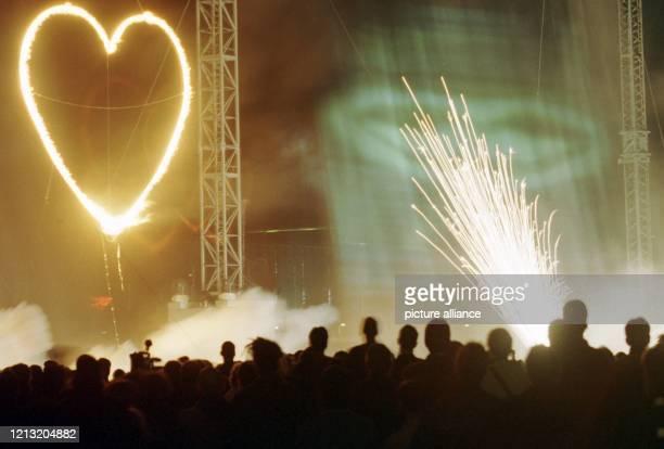 Gala-Gäste und Expo-Mitarbeiter sehen sich 31.5.2000 auf dem Gelände der Weltausstellung in Hannover die Sondervorstellung des Feuer-Spektakels...