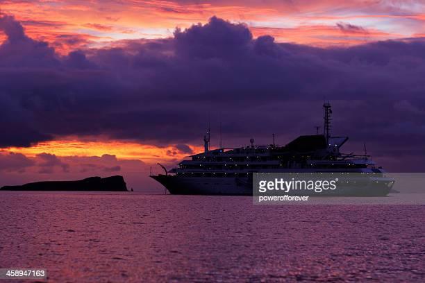 galápagos explorer ii crucero al atardecer - isla de santa cruz islas galápagos fotografías e imágenes de stock