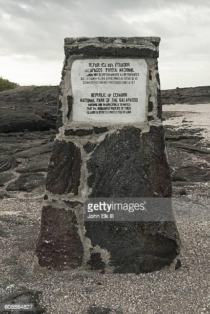 galapagos national park marker - parque nacional galápagos fotografías e imágenes de stock