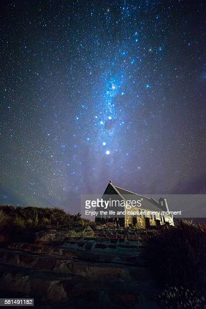 galaxy, good shepherd church, lake tekapo, nz - iglesia del buen pastor tekapo fotografías e imágenes de stock