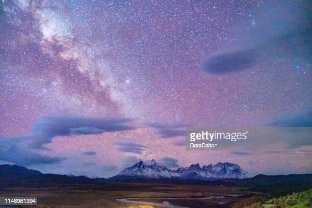 melkweg op torres del paine national park, chili - astronomie stockfoto's en -beelden