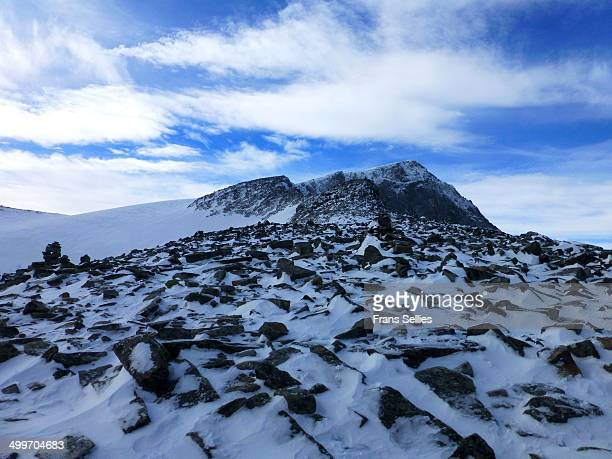 galdhøpiggen, highest mountain in scandinavia - frans sellies stockfoto's en -beelden