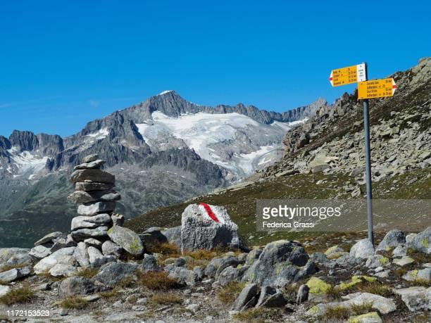 galenstock (3586m.) and gletschhornseen (3305 m.) seen from gatscholalücke (passo d'orsirora) near gotthardpass - トレイル表示 ストックフォトと画像