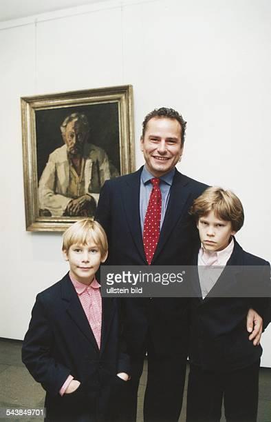 Galerist Hans Barlach Enkel von Ernst Barlach mit seinen Söhnen Johann und Nikolaus vor einem Selbstporträt des großen Künstlers