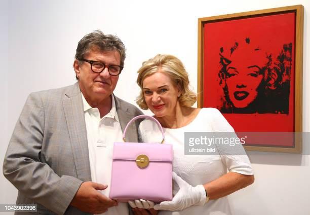 Galerist Michael Schultz mit Frieda Vogel bei der Eroeffnung des Store von > Frau Frieda < und Galerie in der Bleibtreustrasse 17 in Berlin / Der...