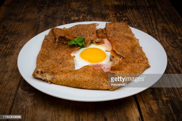 galette complete, breton buckwheat pancake with egg, cheese und ham, glutenfree - crepes photos et images de collection