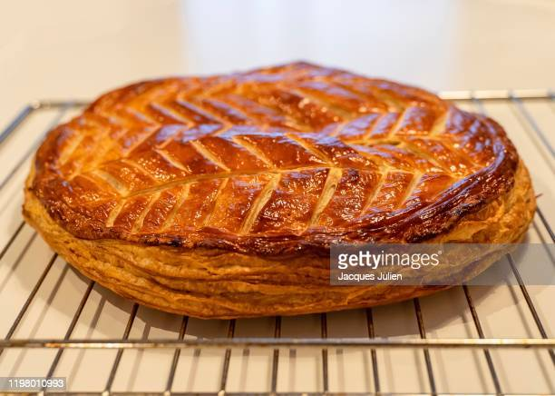 galette des rois - kings cake - pithiviers - galette des rois photos et images de collection