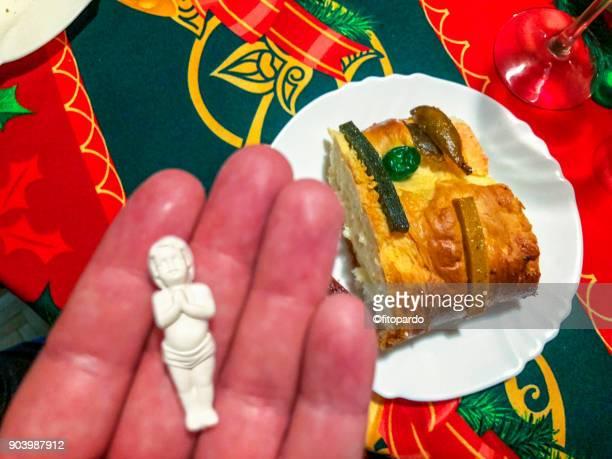 galette des rois or rosca de reyes - rosca de reyes fotografías e imágenes de stock
