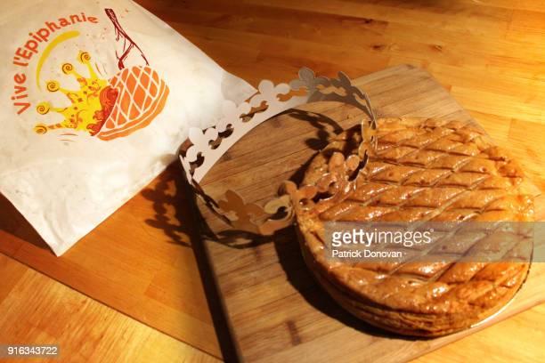 galette des rois (kings' cake) - galette des rois photos et images de collection