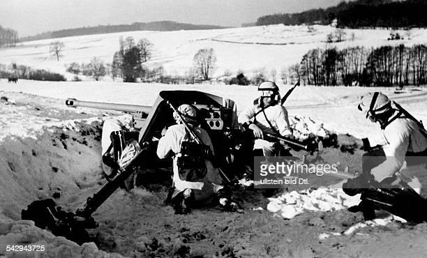 galizische Freiwillige werden an der Panzerabwehrkanone ausgebildet 1944 Erschienen BVZ Aufnahme PresseIllustrationen Heinrich Hoffmann / PK Tylawskyi