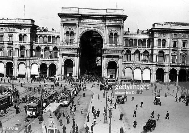 `Galleria Umberto` am DomplatzStrassenbahnen fahren über den Platz- 1929