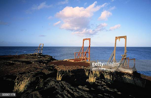 gallows by water, hawaii - hanging gallows fotografías e imágenes de stock