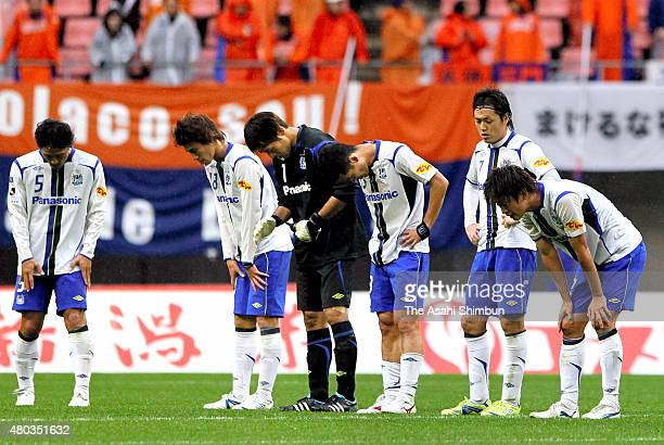Gamba Osaka players show their dejection after their 22 draw in the JLeague match between Albirex Niigata and Gamba Osaka at Big Swan Stadium on...