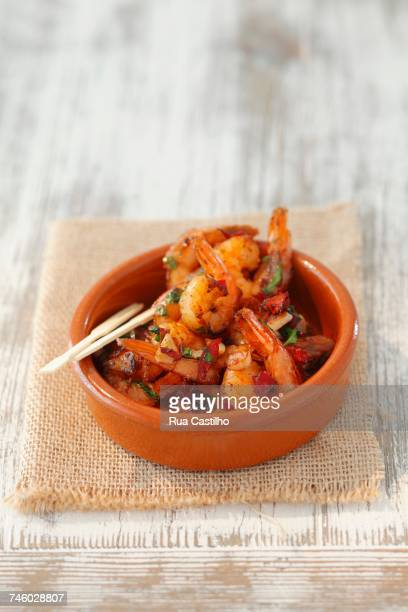 gambas al ajillo (garlic prawns, spain) - rua fotografías e imágenes de stock