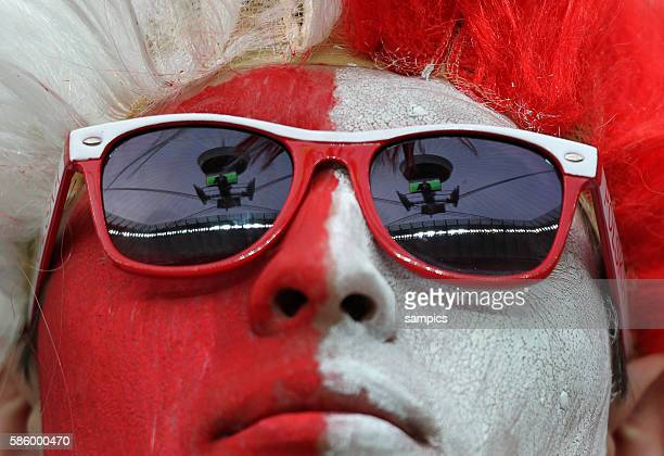Stadion spiegelt sich in der Brille eines POlen Fans Vorrunde Spiel 10 Gruppe Gruppe A Polen Russland 11 Game 10 Group a Poland Russia Fussball EM...