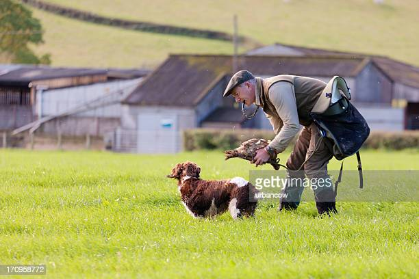 Garde-chasse en mentionnant son chien