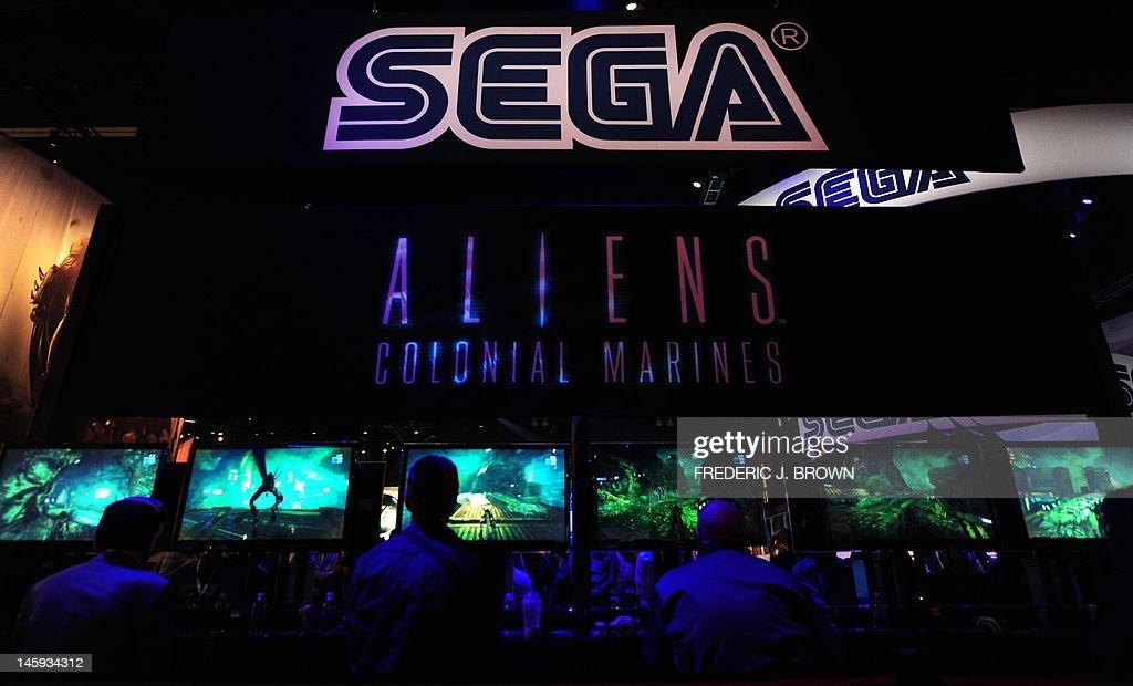Gaming fans play Sega's Alien's Colonial : News Photo