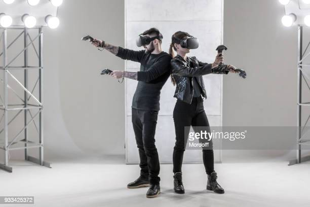 gokken in virtual reality - studio shot stockfoto's en -beelden