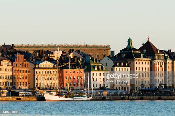 gamla stan and kungliga slottet (royal palace) at sunrise. - the stockholm palace stock pictures, royalty-free photos & images