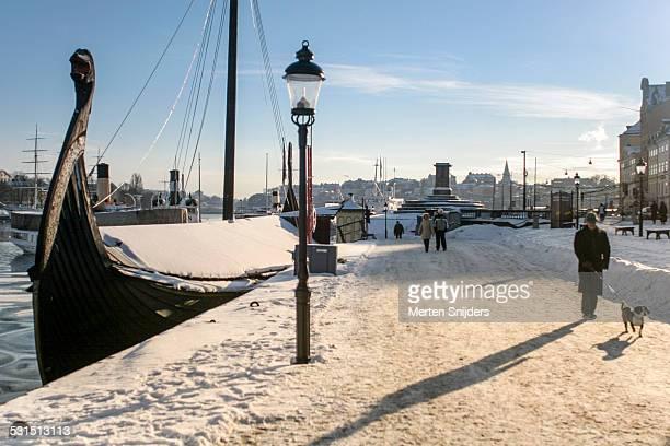 gamla stan during snowy winter - merten snijders stockfoto's en -beelden